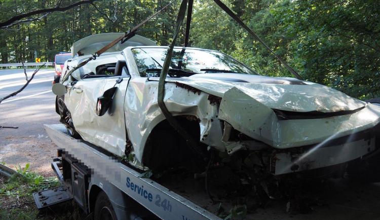 FOTO: Řidič chevroletu dostal smyk a skončil v rokli. Na místě zasahovaly všechny složky IZS
