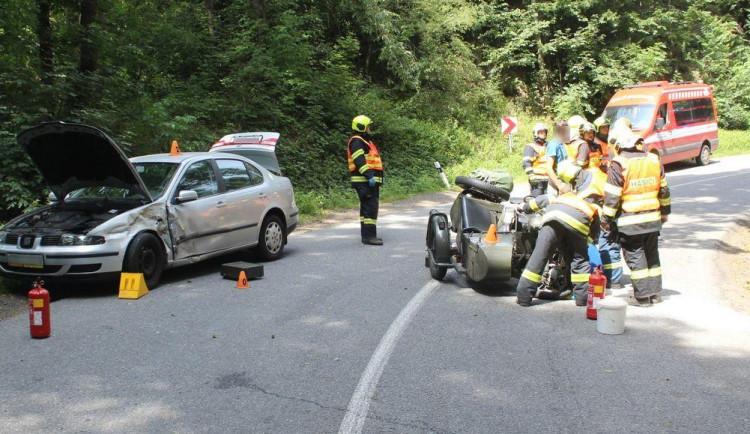 Řidič historické motorky skončil v nemocnici po bouračce s protijedoucím autem