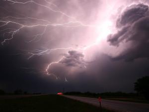 Přes Olomoucký kraj se přeženou silné bouřky, výstraha platí až do úterního odpoledne