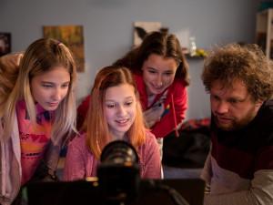 Film V síti o sexuálním obtěžování dětí uvede ve čtvrtek v kině Metropol jeho režisér Vít Klusák