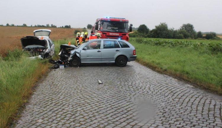 Řidič nezvládl jízdu a naboural do protijedoucího auta, které náraz vymrštil ze silnice