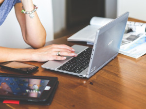 Ženy dále posílají falešným nápadníkům na internetových seznamkách enormní sumy peněz. Často na úvěr