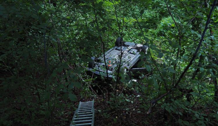 Řidička sjela ze silnice a přetočila auto na střechu. Se zraněním skončila v nemocnici