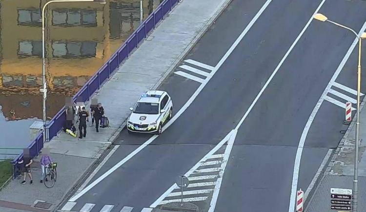 Opilý muž chtěl druhého hodit do řeky z mostu, pak se porvali. Útočník měl tři promile