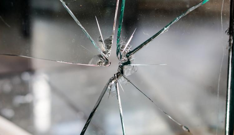 Hulk? Muž šel a vše ničil: vitrínu, auta, popelnice. Hrozí mu až dva roky vězení