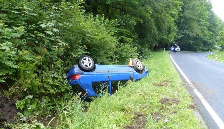 FOTO: Na Jesenicku se bouralo. Zranil se starší řidič, havarovala také cisterna