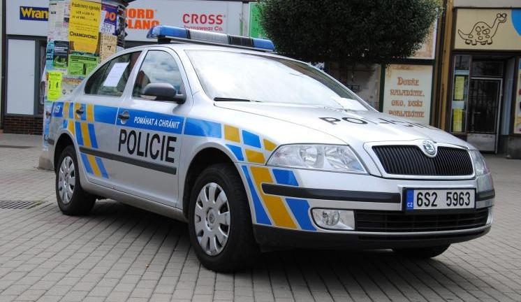 Recidivista se za bílého dne vloupal do domu seniorky, za pár hodin byl policisty dopanen a zadržen