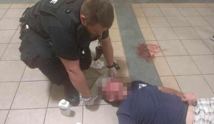 Muž si pádem poranil hlavu a upadl do bezvědomí. Strážníci mu zachraňovali život