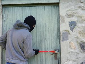 Zloděj si přilepšil elektronikou za 300 tisíc. Hrozí mu až pět let ve vězení