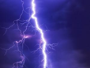 Meteorologové varují před bouřkami, přetrvat mohou i do úterý
