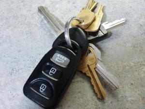 Řidička si zapomněla vytáhnout klíč ze dveří. S autem jí někdo ujel