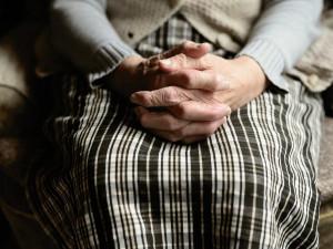 Babička vyhrožovala sebevraždou a potom utekla. Její vnučka vyhlásila pátrání