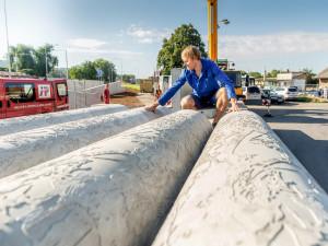 FOTO: Výtvarník se snaží integrovat umění do veřejného prostoru. Jeho betonové plastiky zdobí prostor přednádraží