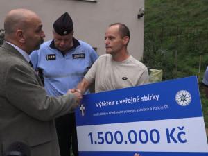Na pomoc rodině policisty z Šumvaldu věnovali lidé z celé ČR 1,5 milionu korun