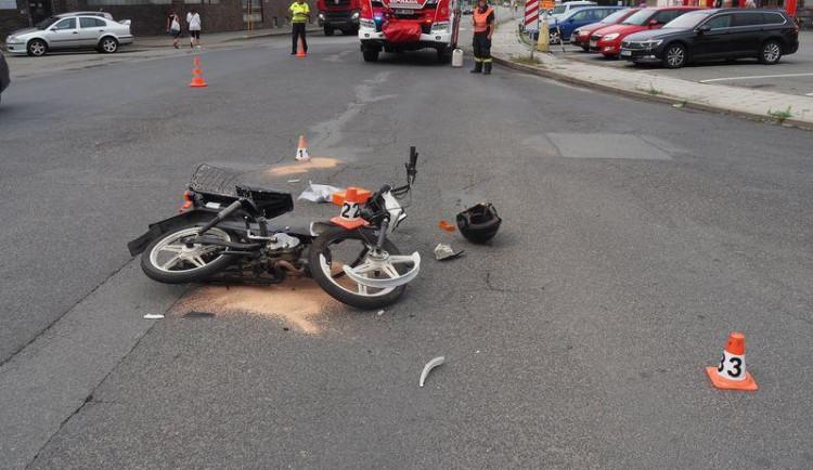 Policie se obrací na svědky dopravní nehody v Zábřehu. Řidička mopedu je ve vážném stavu