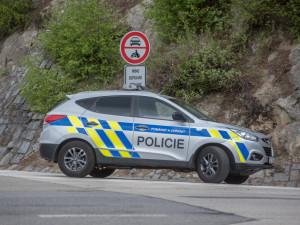 Policie pátrá po řidiči stříbrného auta, který večer srazil chodce na silnici a z místa ujel