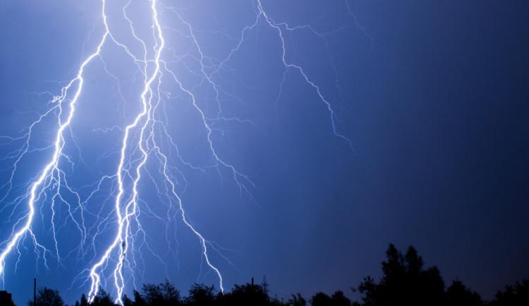 Na severu Moravy hrozí večer silné bouřky. Mohou padat i čtyřcentimetrové kroupy