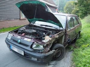 Mladík ukradl auto bez technické a po chvíli naboural do jiného vozidla. Neměl ani řidičák