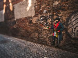 FOTO: Zapadlá olomoucká zákoutí nově zdobí slavné osobnosti spojené s městem