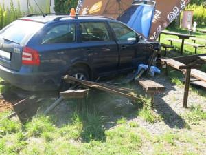 FOTO: Opilý řidič se zákazem řízení vjel do venkovního posezení