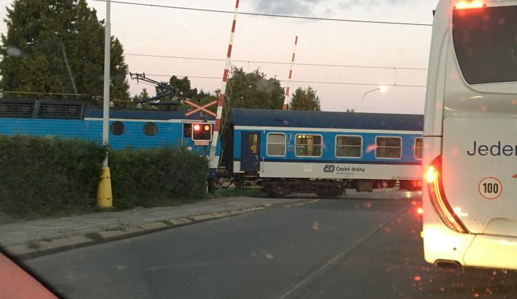 VIDEO: Stačilo pár sekund a mohlo dojít k tragické nehodě, přes přejezd bez spuštěných závor projížděl vlak