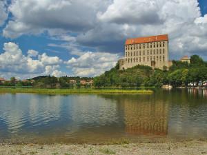 Kvalita vody na Plumlovské přehradě se zhoršila, hygienici nedoporučují koupání