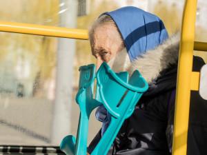 Česká pošta od soboty kompletuje balíčky s rouškami pro seniory. Doručí je nejpozději do pátku