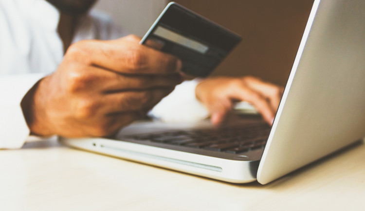 Muž naletěl podvodníkovi na internetu. Desítky tisíc z jeho účtu skončily ve východní Asii