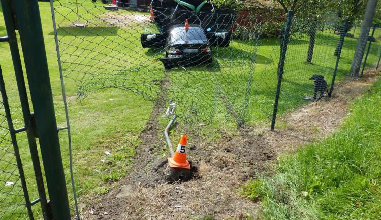 Řidič při nehodě prorazil plot a vjel na zahradu, zastavil se až o trampolínu
