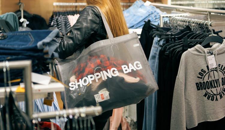 Žena si chtěla odnést oblečení bez zaplacení. Z ukradených podrsenek ji pomáhala obsluha