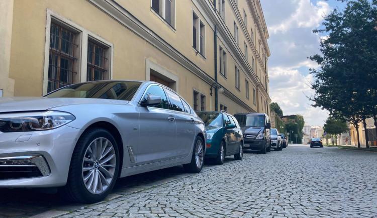 Město pracuje na nové parkovací politice. Plán by měl být hotový na přelomu roku
