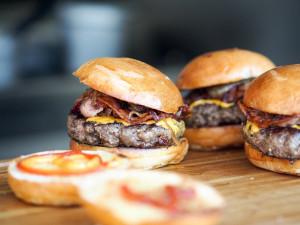 Olomouc bude mít svůj burger, ingredience vybírali obyvatelé města