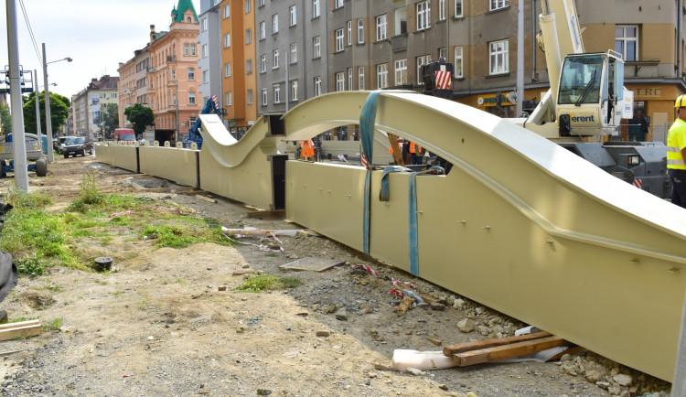 FOTO: K mostu na Masarykově třídě se z Itálie začaly dovážet kovové konstrukce