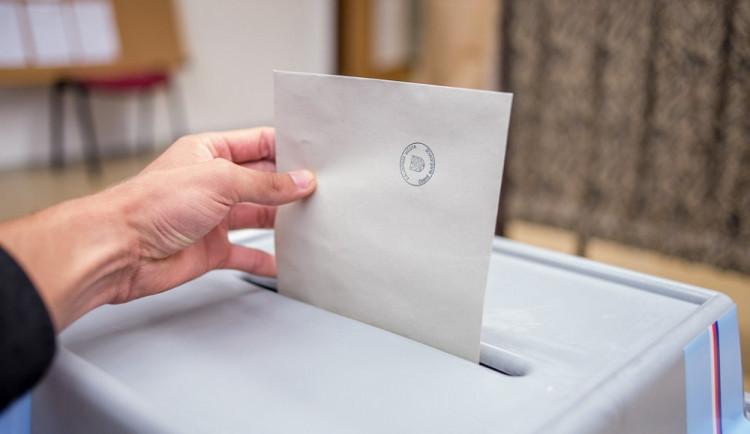 Hlasovat ve volbách můžete i skrz karanténu z auta nebo přenosné schránky. Kde a jak?