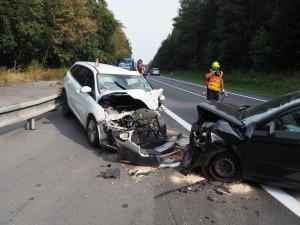 Řidička vjela do protisměru a srazila se s protijedoucím autem. Na místě zasahoval vrtulník