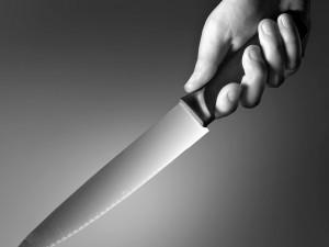 Nůž, hádky, alkohol a vyhrožování smrtí. Policie během týdne řešila dva partnerské spory