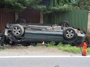 Auto se při nehodě převrátilo na střechu, řidič je zraněný