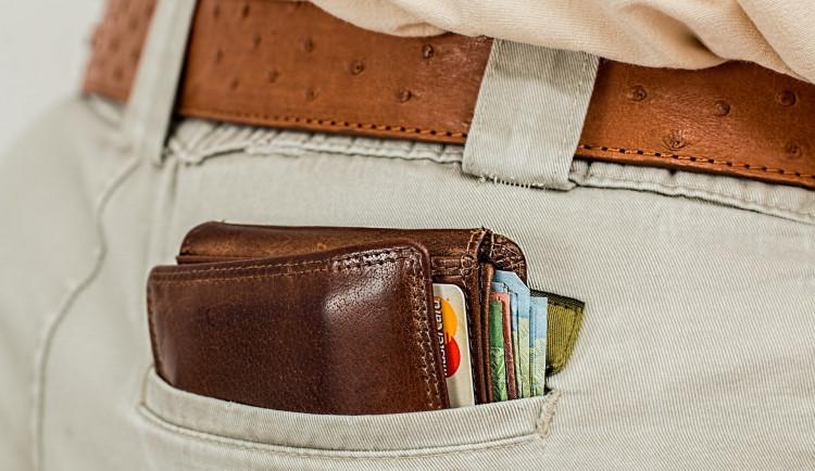 Neznámý okradl mladého cizince o peněženku. Stačila chvilka nepozornosti
