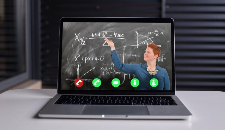 Základní školy v kraji budou moci dovybavit své pedagogy technikou potřebnou k on-line výuce