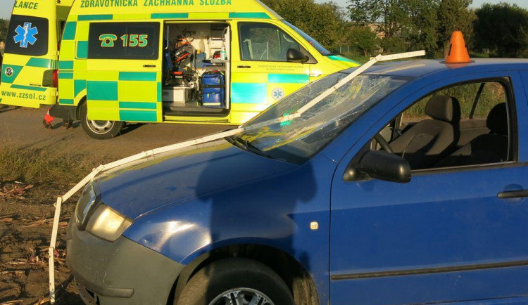 FOTO: Mladý cizinec se v autě čelně srazil s ženou na elektrokole a skončil v poli