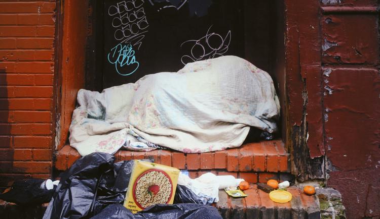 Hádka bezdomovců v přerovském squatu skončila bodnou ránou v břiše