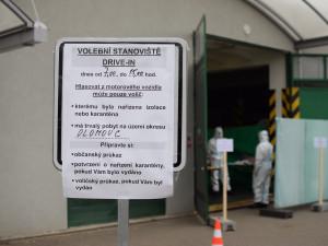 FOTO: Voliči v karanténě dnes mohou využít hlasování z auta. Drive-in je v každém okrese otevřen do 15:00
