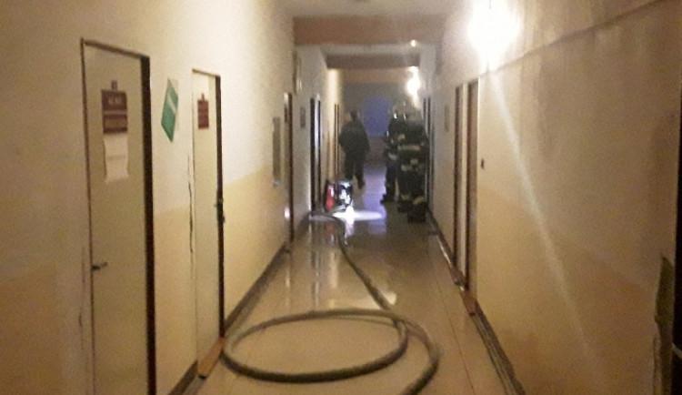 Čtyři jednotky hasičů zasahovaly v uničovské ubytovně. Příčina požáru se vyšetřuje