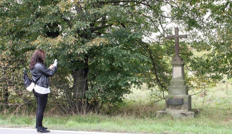 Opuštěný kamenný kříž si osvojilo město. Kvůli stavbě dálnice ho přesunulo na jiné místo
