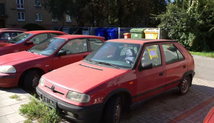 Z olomouckých ulic mizí odstavené vraky aut s prošlou technickou prohlídkou
