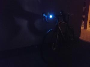 Cyklisté oslňující chodce. Často nemají správné osvětlení