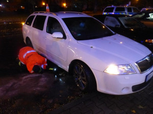 FOTO: Opilý řidič Octavie najel na středový ostrůvek přechodu pro chodce, nikdo nebyl zraněn