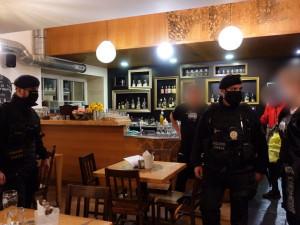 VIDEO: Policie kontrolovala olomoucké hospody, byla v Chomoutu i U Anči
