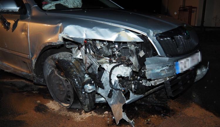 FOTO: Dvacetiletý podnapilý řidič naboural do kovového zábradlí. Poničil dopravní značení a zaparkovaný vůz