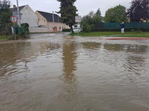 FOTO: Riziko povodní přetrvává. U Přerova voda zaplavila pět ulic, podjezd i domy
